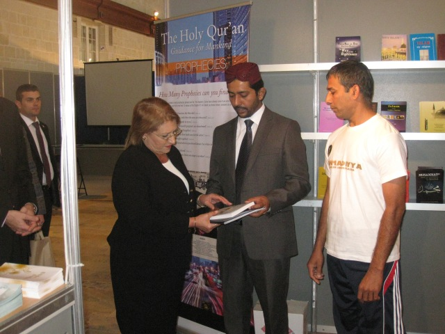 Her Excellency the President visits Ahmadiyya Stall