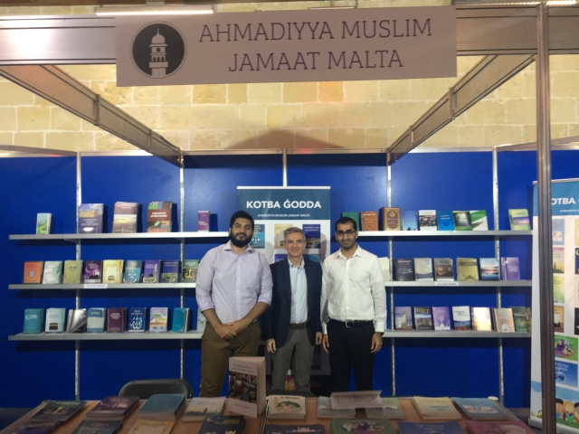 opposition-leader-visiting-ahmadiyya-book-stand